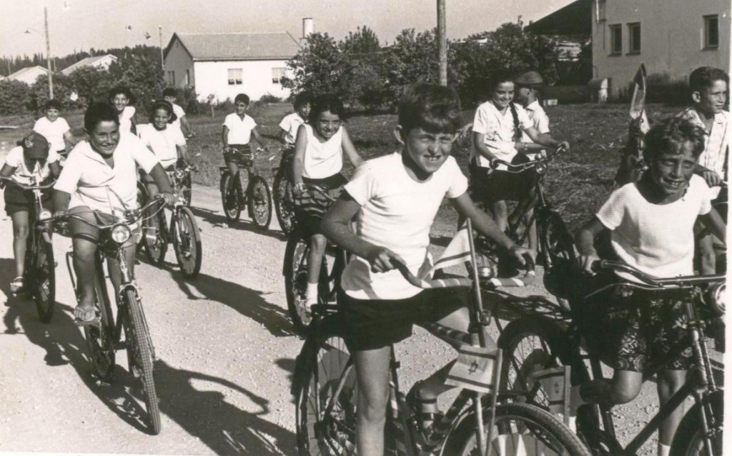 """Youth on bike parade in one village celebrations Sde Warburg, 1984."" (credit: Hans Lehmann, license CC BY)"