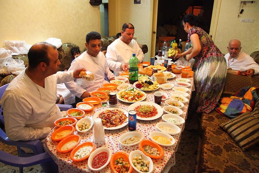 סעודה  לשבירת הצום, בבית משפחת יצחק מרחיב בהר גריזים. בתמונה, שלושת ילדיו וכלתו