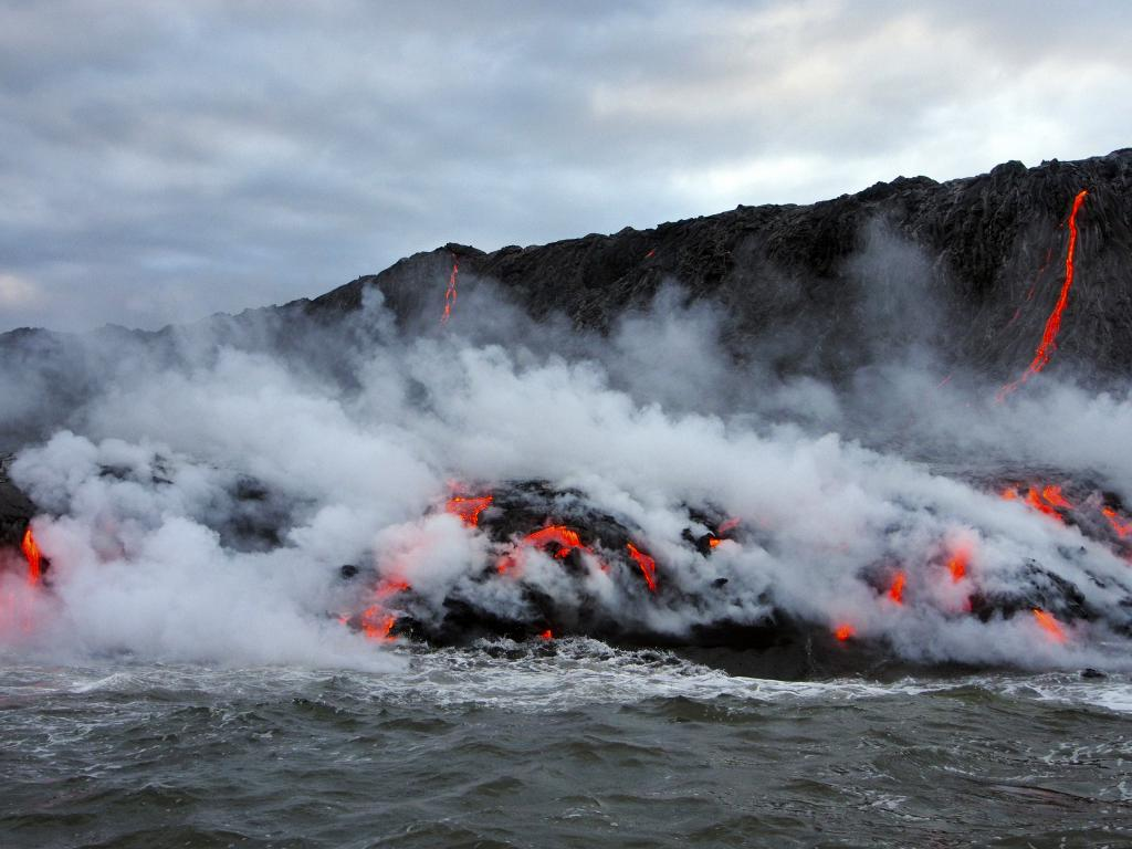 Lava flow to ocean from Kilauea (credit: Robert Cudney, license: CC BY-SA)