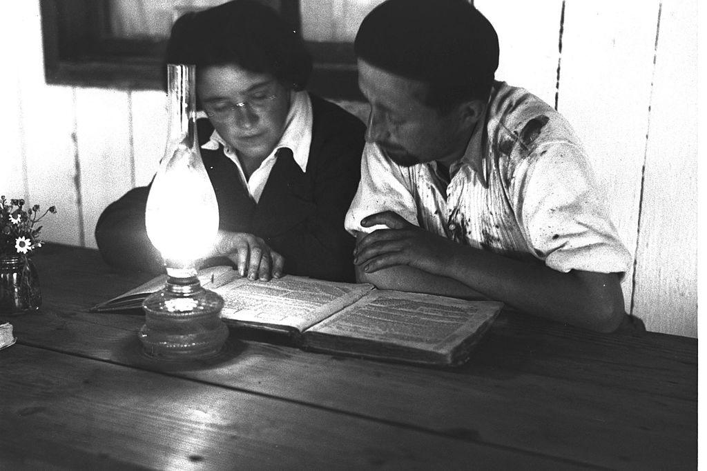 A couple studying the gemara at Kvutzat Rodges