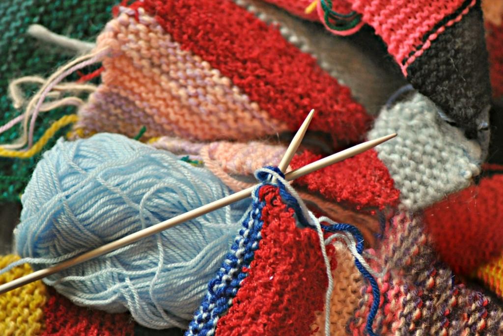 """Knitting needle knit"" (credit: MabelAmber, license: CC0)"