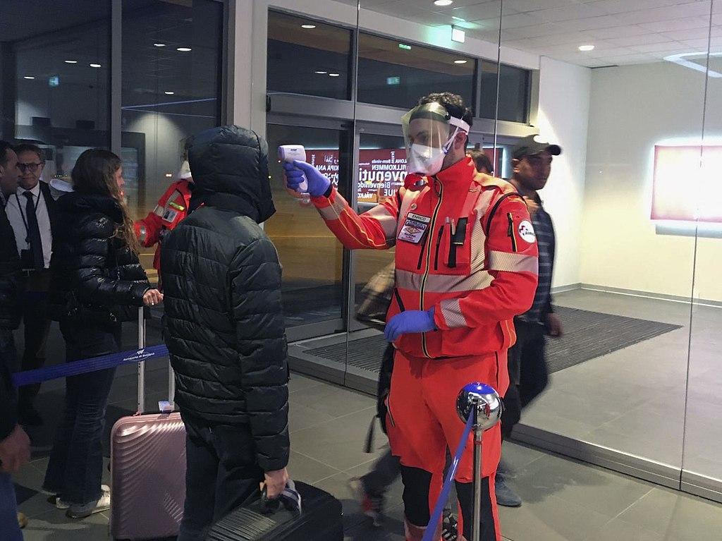 """""""Volontari di protezione civile impegnati nei controlli sanitari nell'aeroporto """"Guglielmo Marconi"""". –Bologna, 5 febbraio 2020"""" (credit: Dipartimento Protezione Civile from Italia, license: CC BY)"""