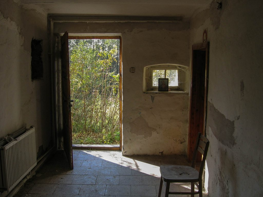 empty chair with open door (credit: Raymond Zoller, license: CC BY-SA)