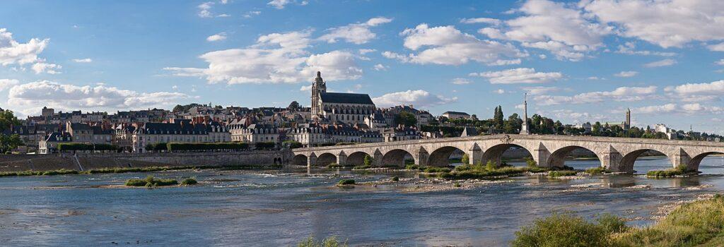 Vue panoramique de Blois (Loir-et-Cher, France), avec notamment le pont Jacques-Gabriel sur la Loire, la cathédrale Saint-Louis, et tout à droite le clocher de la basilique Notre-Dame de la Trinité (credit: Diliff, license: CC BY-SA)